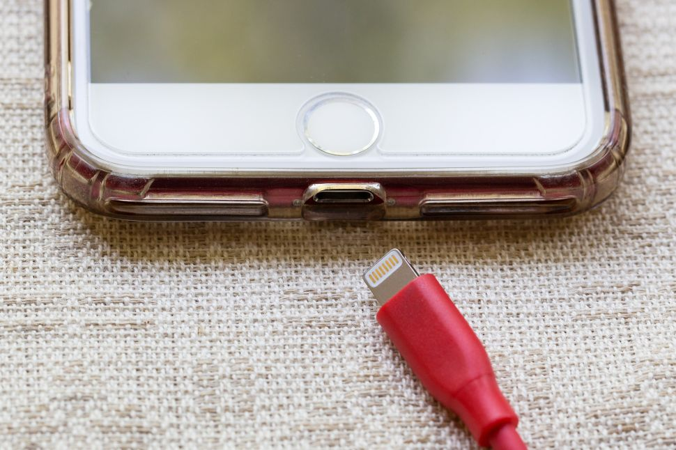 Apple May Ditch Lightning Charging Cable for iPhones by 2021